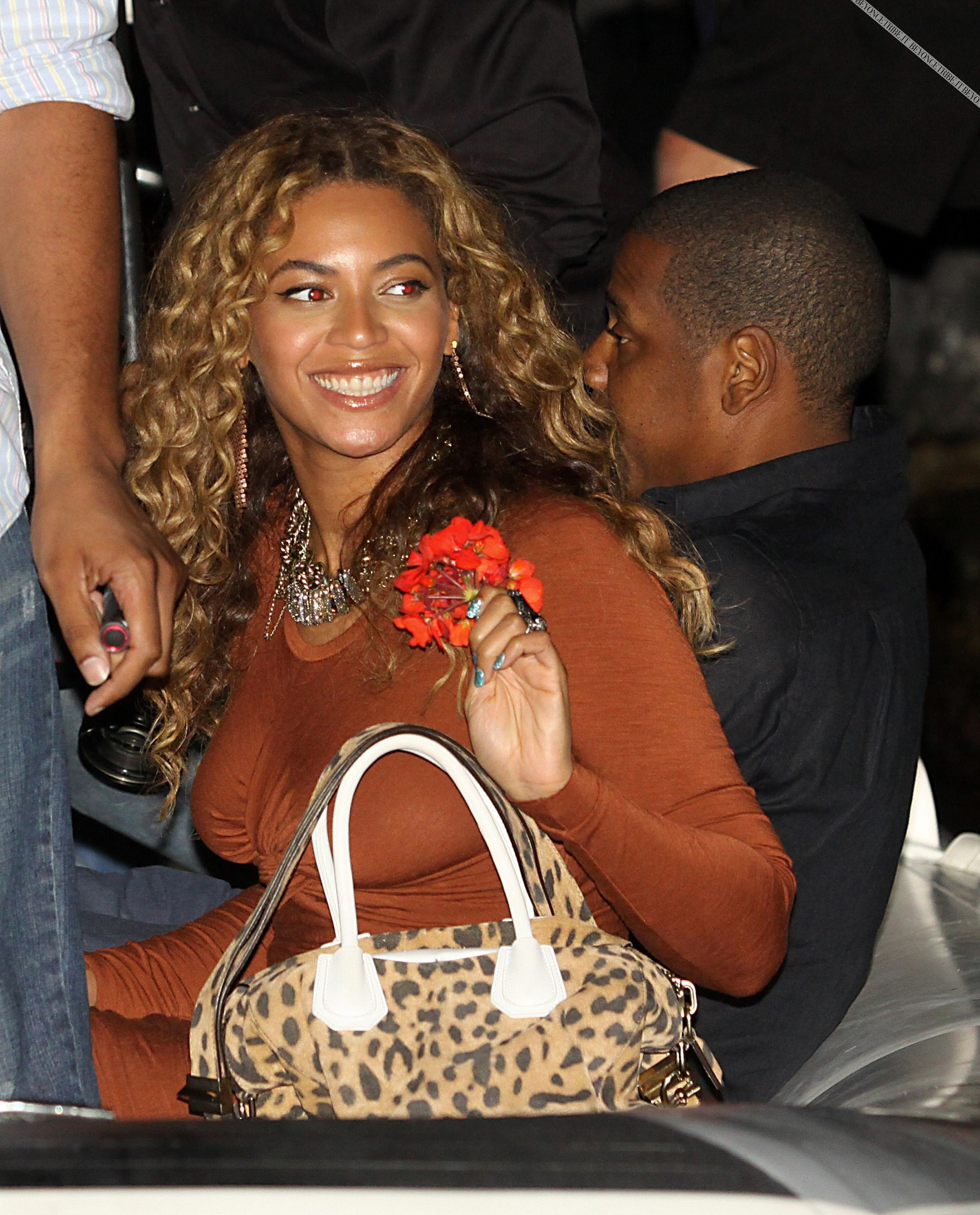 beyonce-knowles-braless-candids-in-italy-01-2200x2726