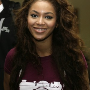 Beyoncé arrives at Halim Perdanakusuma airport in Jakarta 31 oct 2007 HQ
