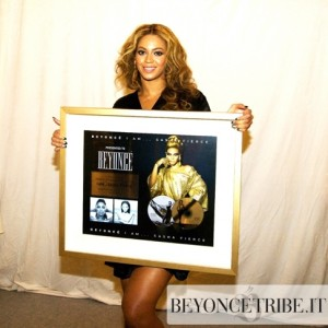Beyoncé receiving platinum plaque in South Korea - 2009-1
