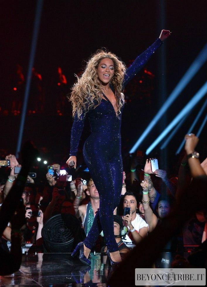 Beyonce kicks off mrs carter world tour with crowd