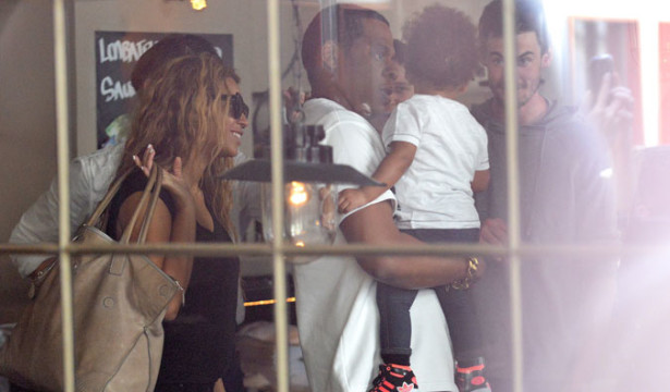 4Beyoncé, Jay-Z & Blue Ivy Spotted in Paris - 25 april 2013