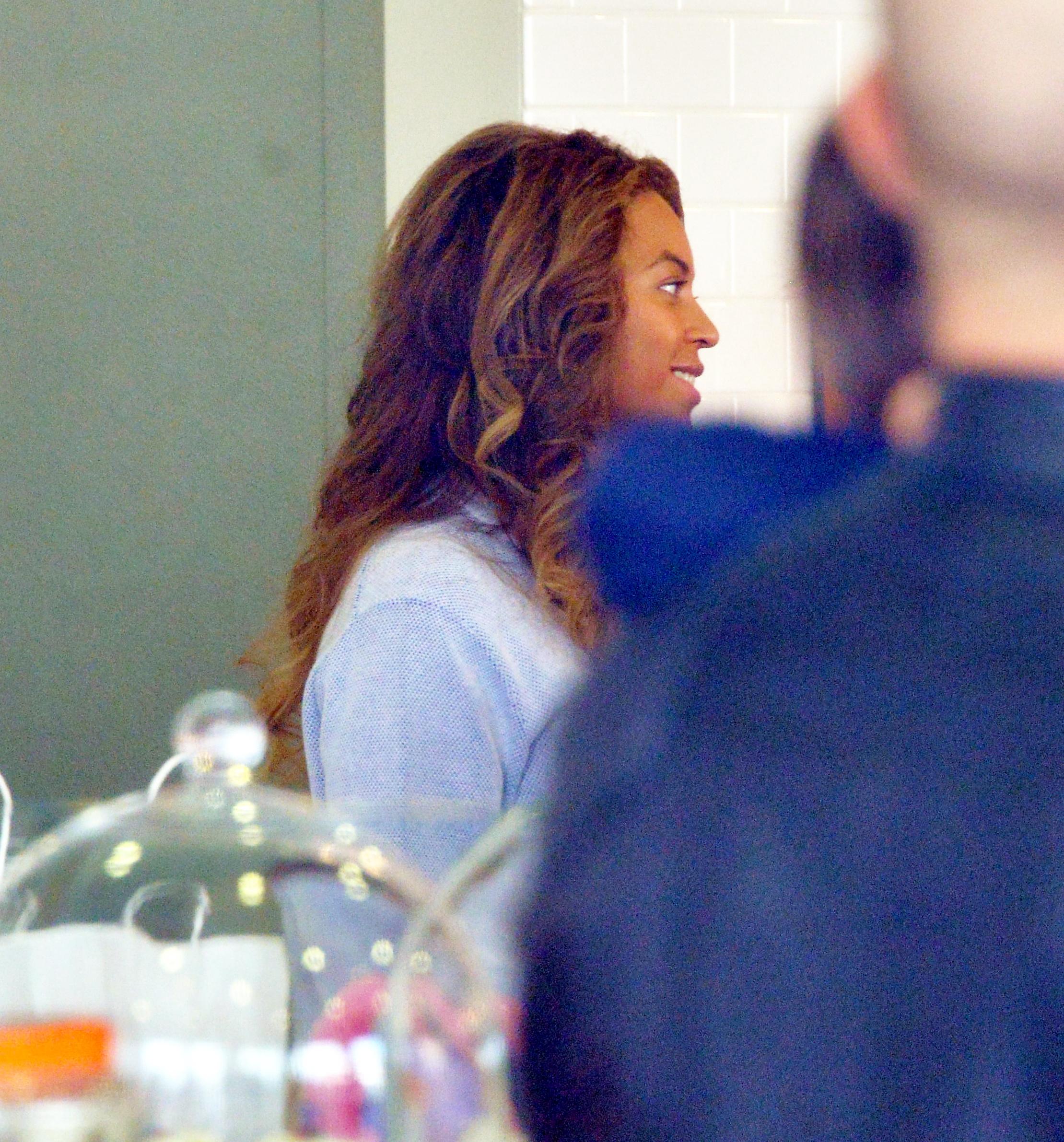1-Beyoncé-Jay-Z-Blue-Ivy-at-Duffs-Cakemix-in-Los-Angeles-11-jan-2016